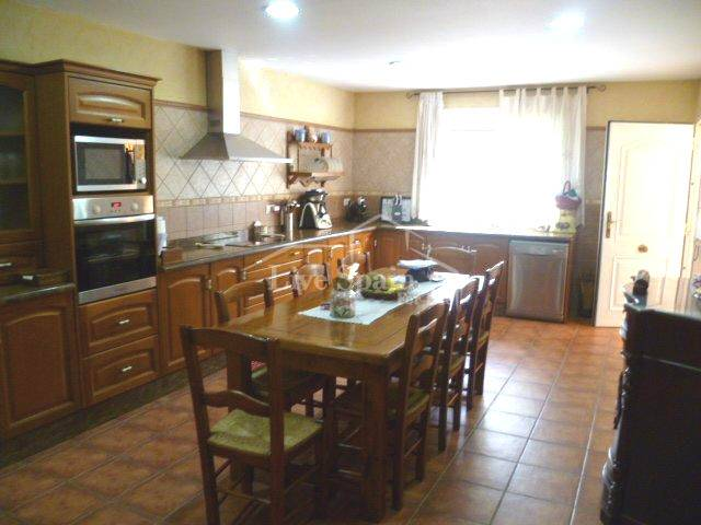 Fitted kitchen with room for table
